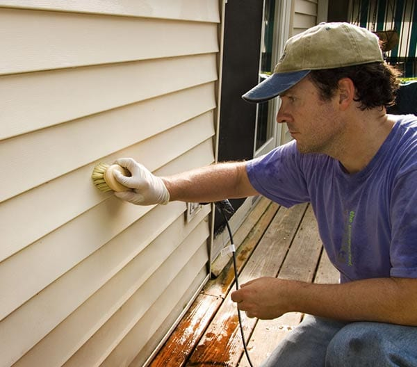 Vinyl Siding Contractor Installing Vinyl Siding For Residential Homeowners Roofing-Pro